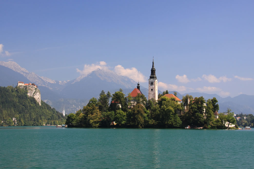 Church-on-small-island-in-Lake-Bled-with-Castle-on-hillside